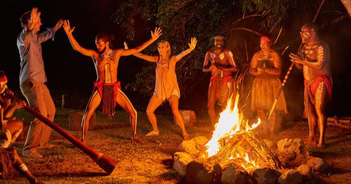 Аборигены деревни Тьяпукай учат туристов своим обрядам. /Фото:getyourguide.com