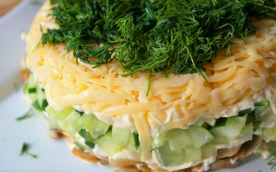 Оригинальный швейцарский салат с сыром и свежим огурцом