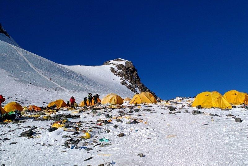 Шокирующие снимки Эвереста, превращающегося в гигантскую мусорную свалку