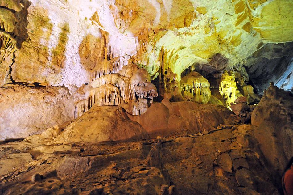 В пещере, среди мраморных изваяний, можно увидеть галерею сказок, где живут царевна-лягушка и Хозяин пещеры, Мамонт и Слоненок, Дед Мороз и голова дракона.