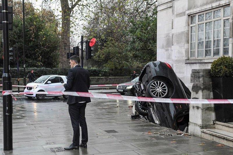 В Лондоне пьяный водитель на Мерседесе упал в подвальное помещение
