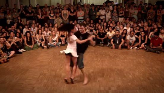 Форро – зажигательный танец, от которого невозможно оторвать взгляд. Вам стоит это увидеть!