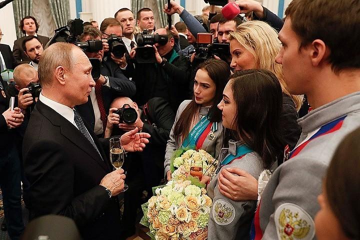 Появилось видео, как Путин поздравил олимпийцев в Кремле
