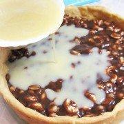 Пирог с орехами и ириской под белым шоколадом - шаг 6