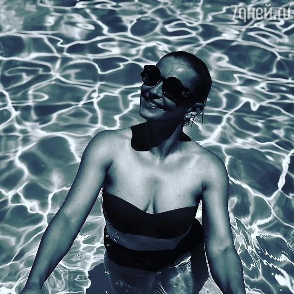 Юлия Пересильд восхитила фигурой в купальнике