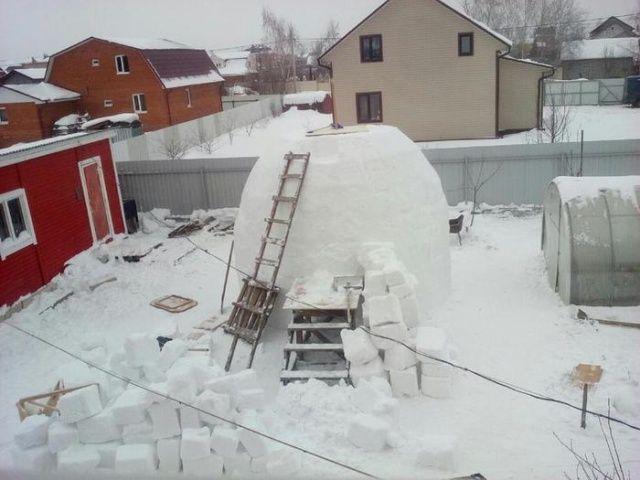 Огромный снеговик, на строит…