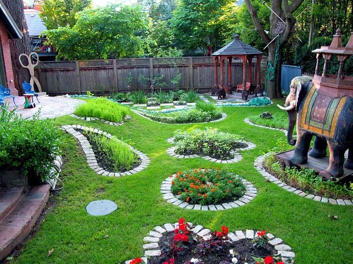 Классические декоративные элементы помогут создать уютную атмосферу даже на самом маленьком участке.