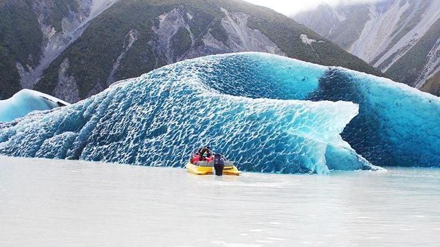 Американец сфотографировал перевернутый айсберг