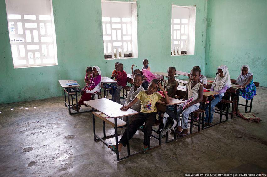 Деревенская школа на Коморах (19 фото)