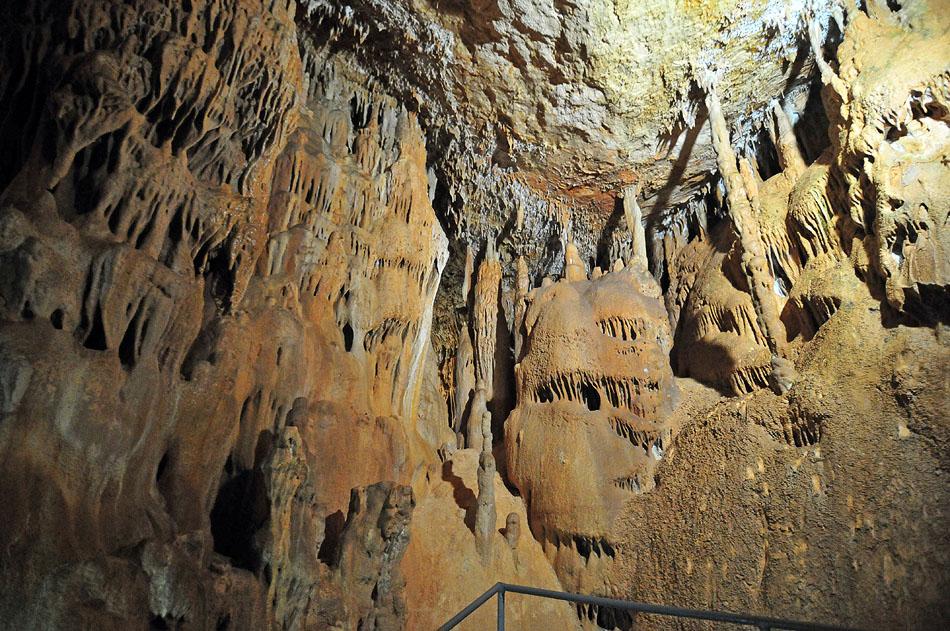 Добраться до Мраморной пещеры можно на микроавтобусе, а можно и самостоятельно. От села Мраморное до пещеры 8 км пути вдоль высоковольтной линии через карьер.