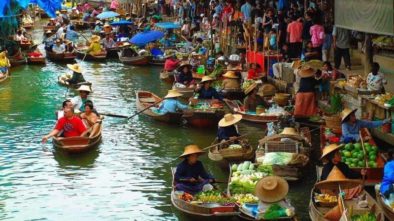Плавучий рынок и деревня на воде. Вам предстоит прокатиться по каналам на тайских лодках. Это целая деревня с жилыми домами на воде. Своеобразная Венеция, только с тайским уклоном. kwai, thailand, паттайя, река квай, тайланд