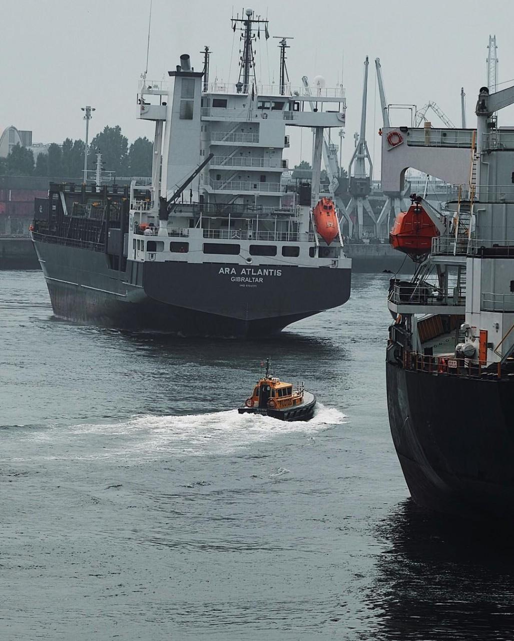 Корабли и рыбацкие лодки на …