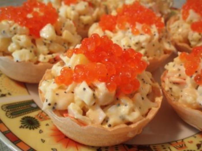 Тарталетки с крабовым салатом и икрой