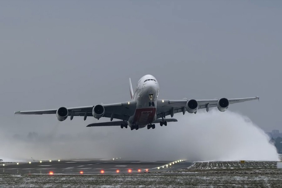 Мощь! Видео взлета A380 в снежном облаке