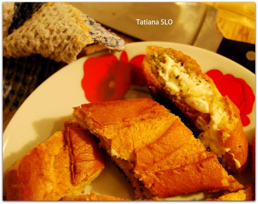 Французский батон с сыром фета и пряными травами.