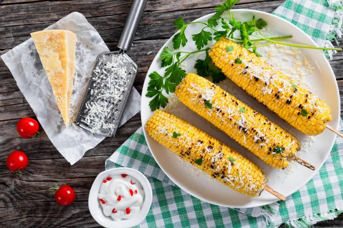 Кукуруза на гриле с пармезаном и петрушкой