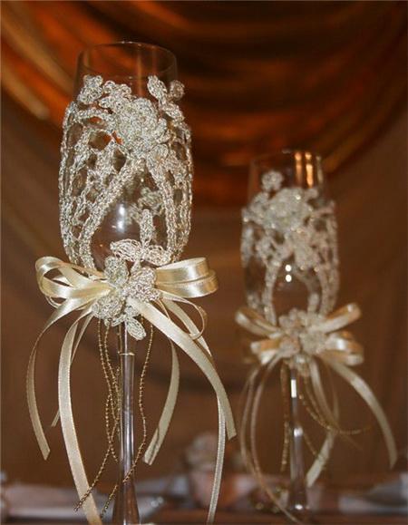 Украшение свадебных фужеров кружевом и бантом из лент
