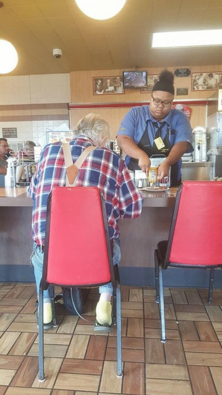 Владелица кафе увидела, что официантка делает что-то с тарелкой пожилого посетителя