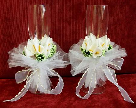 Свадебные бокалы, украшенные букетиком цветов