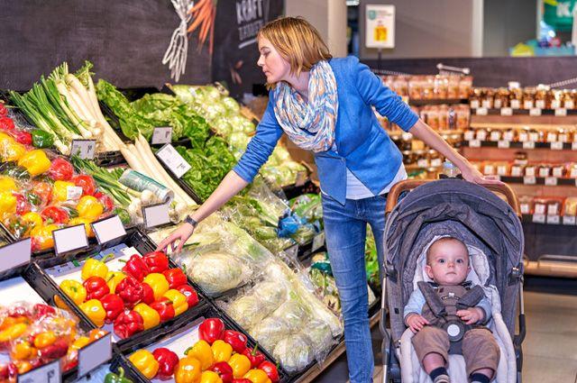 Покупатели в коляске. Как правильно ходить с ребёнком в магазин?