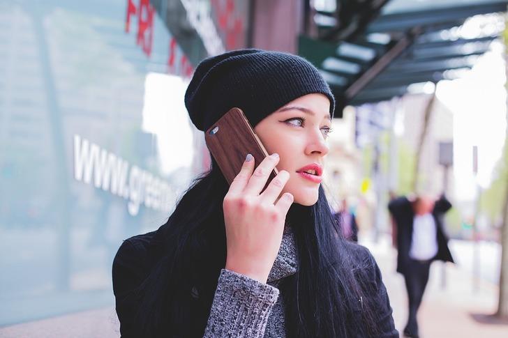 В очереди у женщины зазвонил телефон, разговор развеселил всех