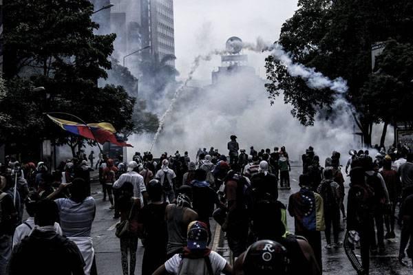 """Массовые беспорядки в  Венесуэле под лозунгом """"Мадуро должен уйти"""""""