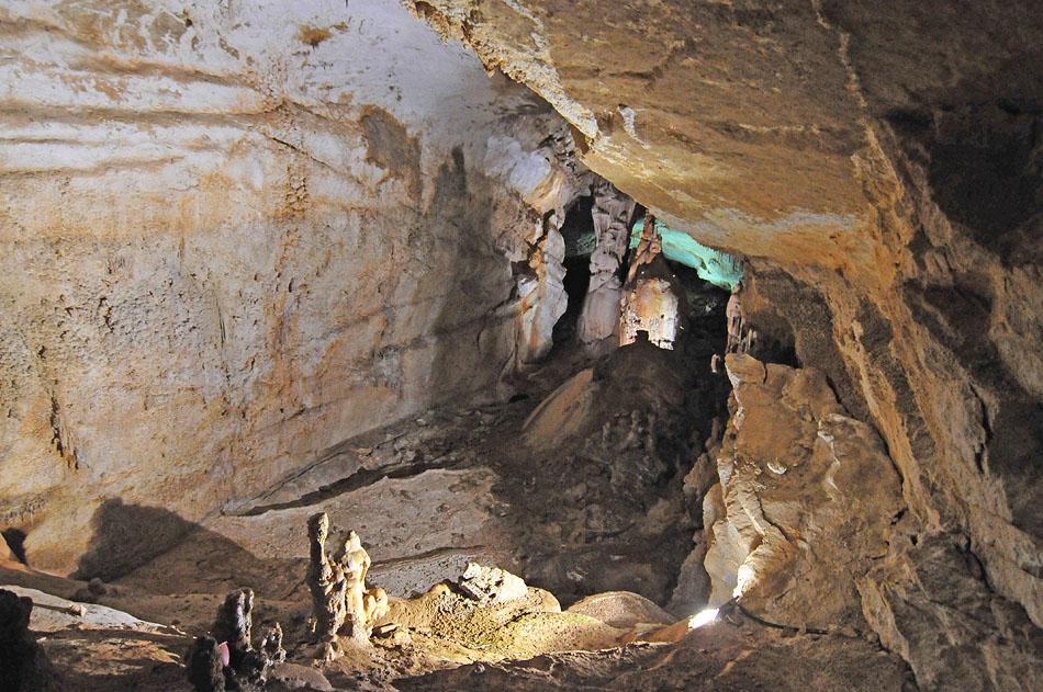 25) Причудливые ходы пещеры.