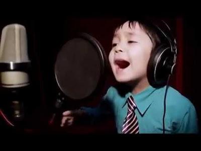 4-летний мальчик исполняет бессмертный хит Уитни Хьюстон «I Will Always Love You»