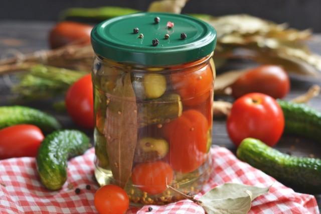 Маринованные огурцы с помидорами — летнее ассорти на зиму