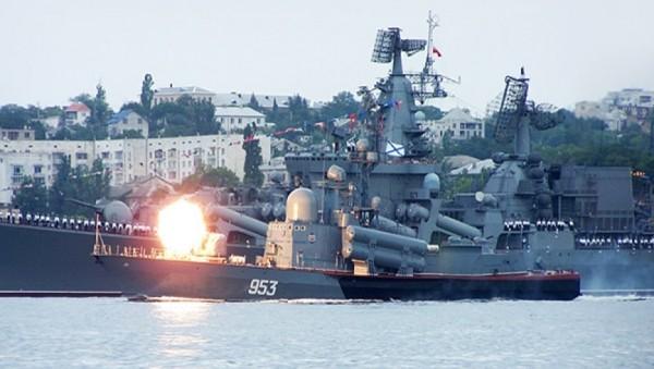 В Крым стягивают боевые кора…