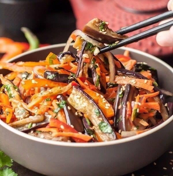 Острый хрустящий салат Хе из баклажанов