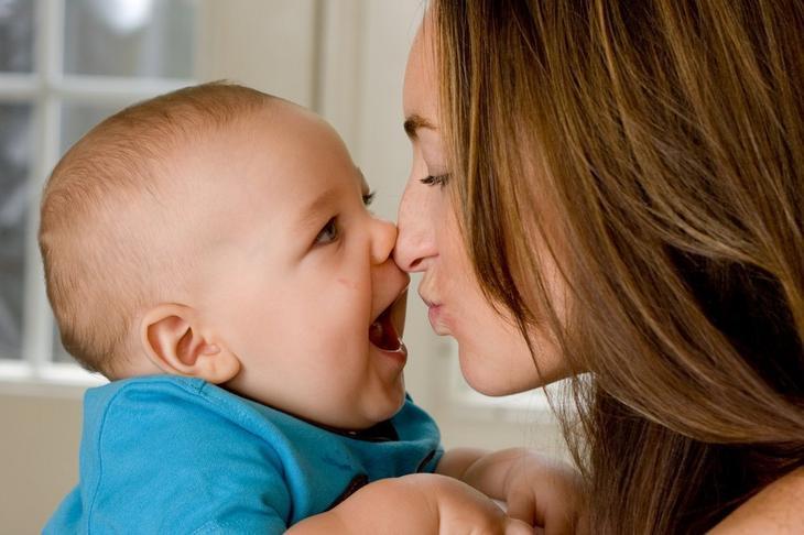 У ребенка вскочил на глазу ячмень? Нужно плюнуть ему в глаз