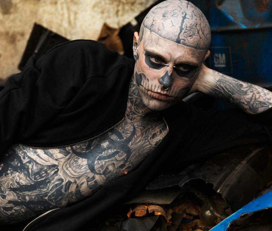 Человек у которого тела в тату