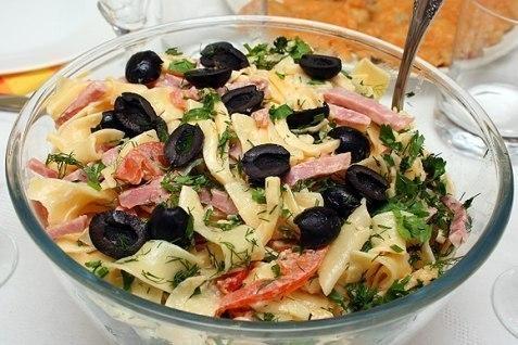Итальянский салат с сыром и пастой.