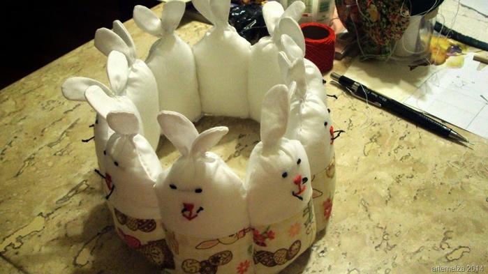 Текстильная корзинка из пасхальных зайцев. Мастер-класс (30) (700x393, 318Kb)