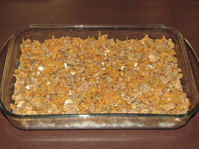 Распределить равномерно фарш. пошаговое фото этапа приготовления запеканки из макарон
