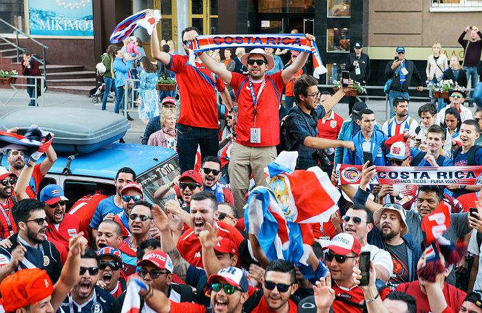Бразильцы устраивают концерты, сербы поют «Катюшу». Праздник футбола в Ростове и Самаре