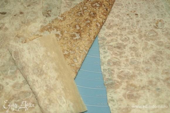 Лаваш нарезать на полоски шириной 10 см.