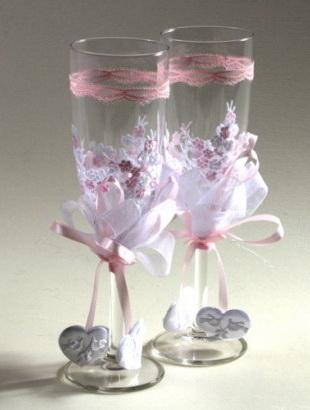 Украшение свадебных бокалов кружевом и лентами