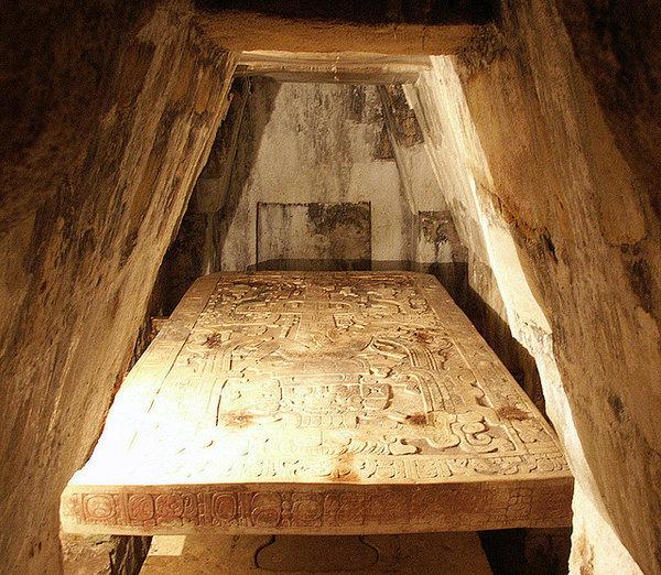 Под гробницей правителя Майя находят необычный артефакт