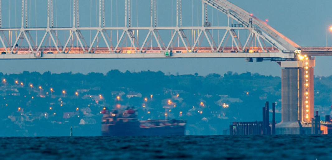 Украина: Крымский мост парализовал Керченский пролив