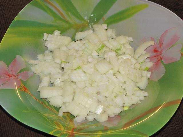 Лук почистить, помыть и мелко порезать. пошаговое фото этапа приготовления запеканки из макарон