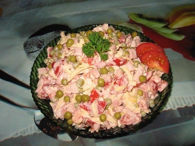 Записывайте рецептик, пробовала у подруги, очень понравился: Сборный салат с помидорками и ветчиной
