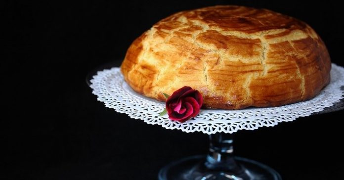 Простецкий, на первый взгляд, купол из песочного теста скрывает все то, что входит в наше понятие торта