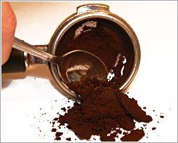 Попили кофе? Не выбрасывайте отходы. Он  помогут Вам во многих случаях без применения вредной химии...