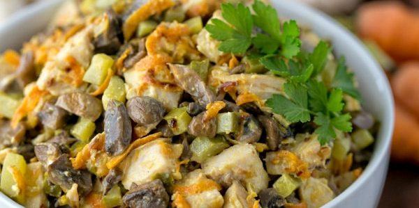 Салат из жареной моркови, курицы, грибов и огурцов