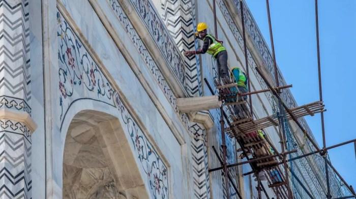 Индийские рабочие чистят Тадж-Махал. / Фото: www.smh.com.au