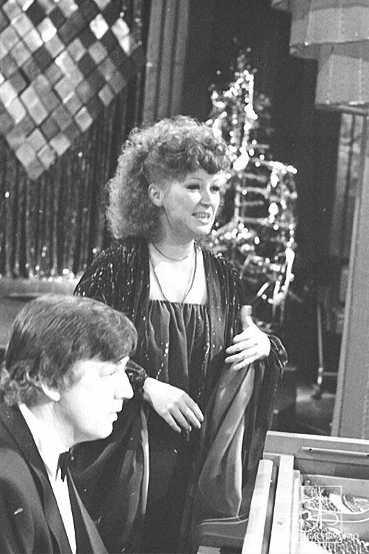 Алла Пугачева и Раймонд Паулс на новогоднем «Голубом огоньке» в 1980 году.jpg