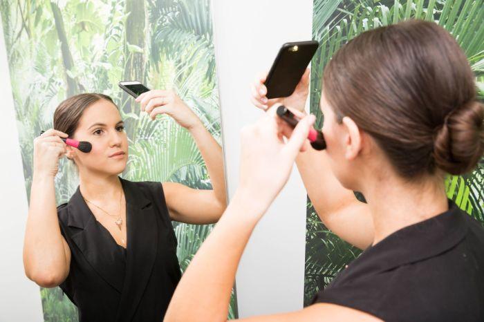 В другом зеркале под другим светом макияж может оказаться не таким идеальным. /Фото: i.pinimg.com