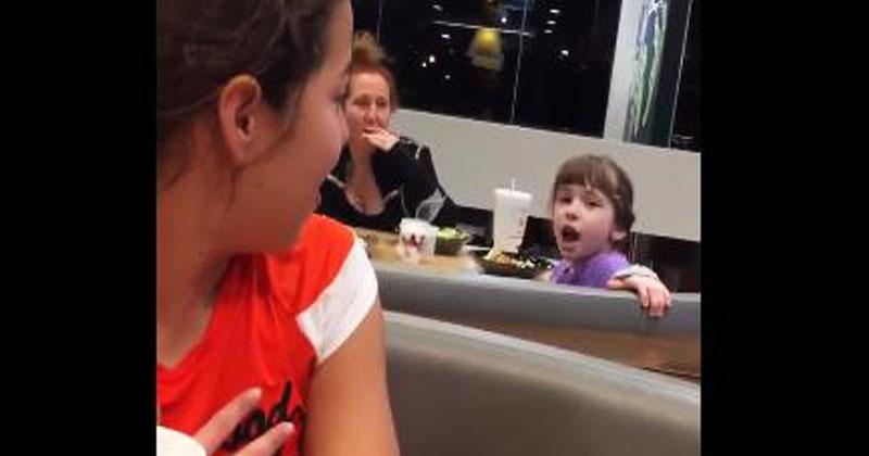 Они сидели в кафе, когда девочка за соседним столиком начала громко петь. Все тут же включили камеры!